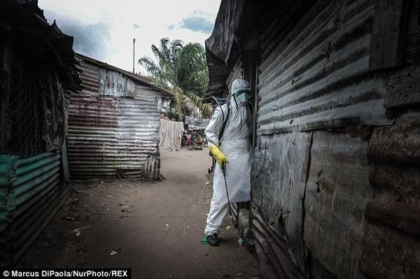 Cô gái vật vã nhìn thi thể mẹ tử vong do nhiễm Ebola bị đưa đi xa 1