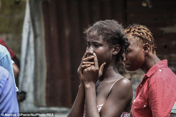 Cô gái vật vã nhìn thi thể mẹ tử vong do nhiễm Ebola bị đưa đi xa 6