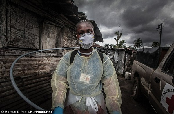 Cô gái vật vã nhìn thi thể mẹ tử vong do nhiễm Ebola bị đưa đi xa 2