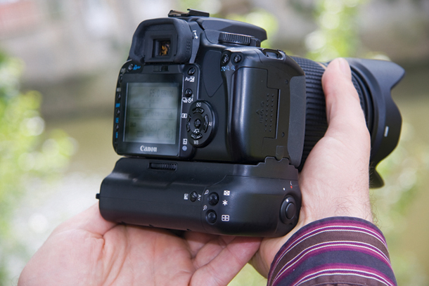 8 essential travel photography accessories - battery grip