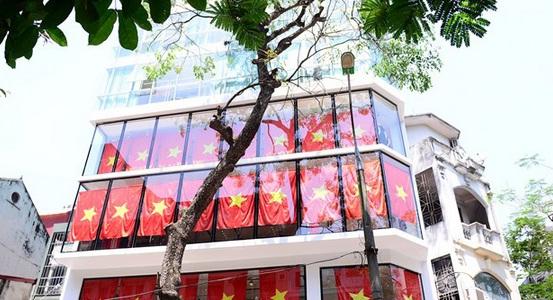 Một tòa nhà 8 tầng ở số 100 Trần Duy Hưng treo 48 lá cờ dọc 6 tầng xuyên suốt từ tầng 2 lên tầng 7, mỗi tầng treo 8 lá cờ.