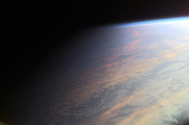 Ban ngày  Thời gian ban ngày, khi mặt trời mọc ở góc cao hơn 6°, là thời gian rất khó chụp ảnh, vì cường độ sáng cao, tạo nên sự tương phản mạnh. Tất nhiên điều này còn phụ thuộc vào thời tiết, ví dụ trong những ngày có mây thì ánh nắng sẽ bị tản nên đỡ gắt hơn.  Nếu không chụp ảnh, bạn có thể dùng khoảng thời gian này để tìm địa điểm chụp ảnh, hay lên kế hoạch cho việc chụp trong khung giờ đẹp.  Ban đêm  Đây là khoảng thời gian không có ánh sáng mặt trời, khi góc của mặt trời là dưới -18°. Lúc này trên trời chỉ còn trăng và sao. Đây sẽ là thời điểm thích hợp để chụp các chòm sao hoặc đặc tả mặt trăng. Để làm chủ được kỹ thuật chụp, bạn cần phải biết thời gian chạng vạng sẽ kết thúc khi nào.