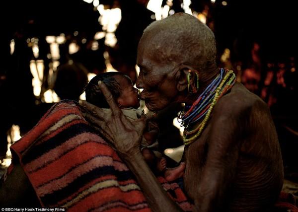 Bức tranh đời sống chân thực của các bộ tộc du mục châu Phi 10