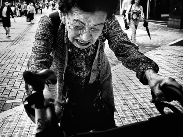 Những tấm ảnh đen trắng đầy cảm xúc về người dân Tokyo 5