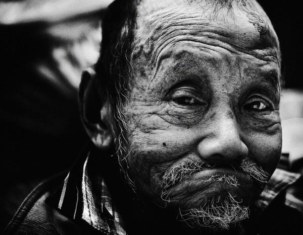 Những tấm ảnh đen trắng đầy cảm xúc về người dân Tokyo 10