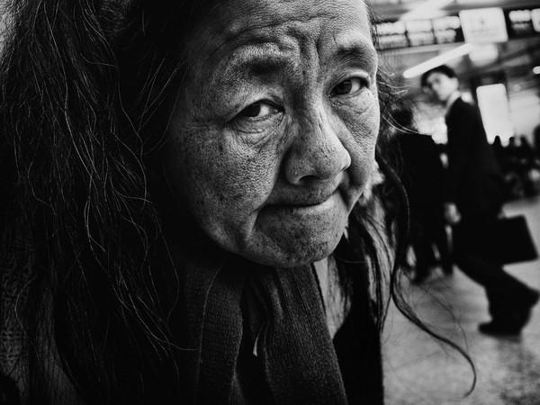 Những tấm ảnh đen trắng đầy cảm xúc về người dân Tokyo 11