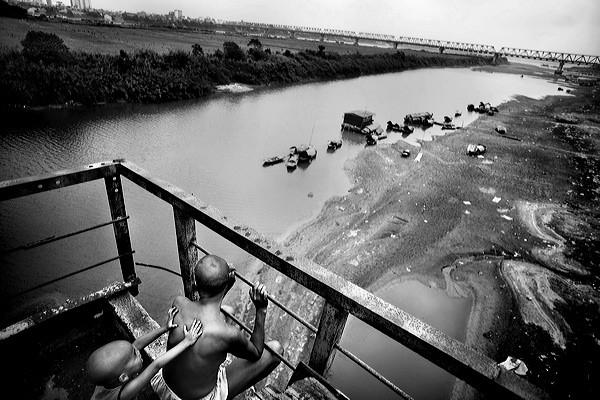 Những bộ ảnh cảm động về nghị lực của người Việt khiến hàng triệu trái tim thổn thức 18