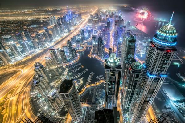 Liều mình leo lên tháp cao hơn 400m để chụp ảnh nóc nhà chọc trời ở Dubai