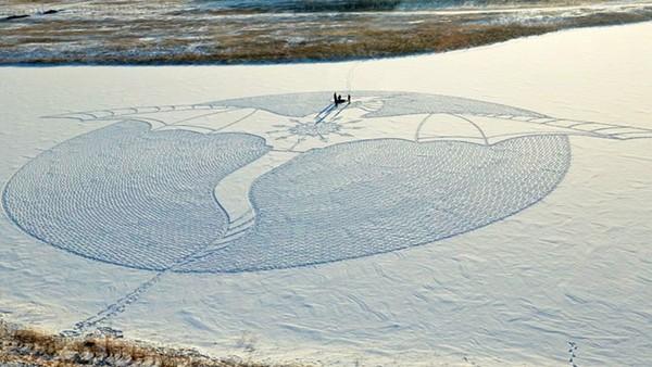 Gallery tranh tuyết khổng lồ được vẽ từ đôi bàn chân khéo léo