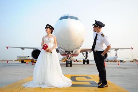 Mê mẩn với bộ ảnh cưới có một không hai của cặp đôi phi công