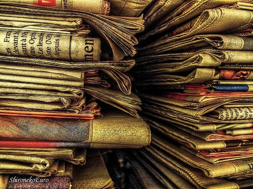 Bọc cặp da nam bằng giấy báo rồi cất vào chỗ khô ráo khi không dùng đến