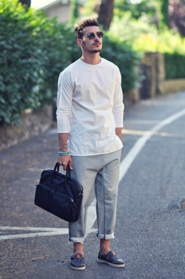 Cặp da nam kết hợp với áo phông và quần jean