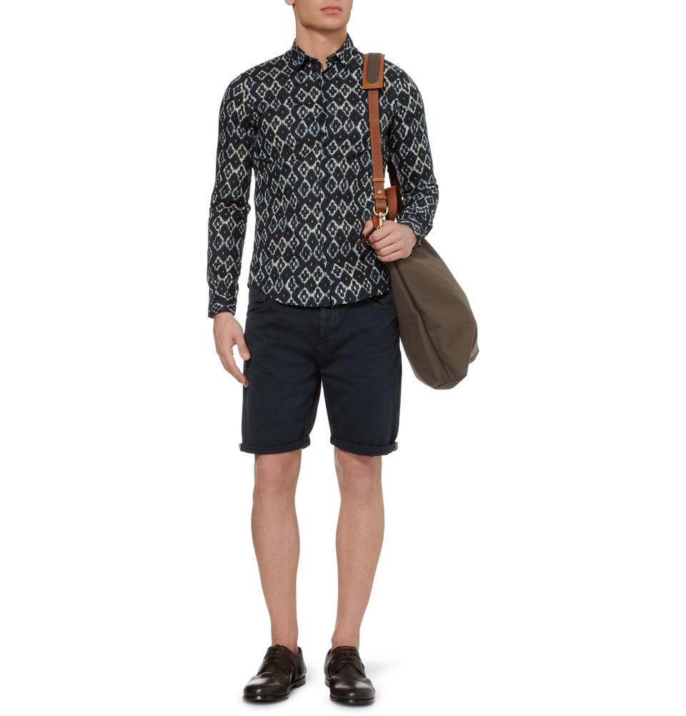 Phối túi đeo chéo nam với áo sơmi và quần ngố cách điệu