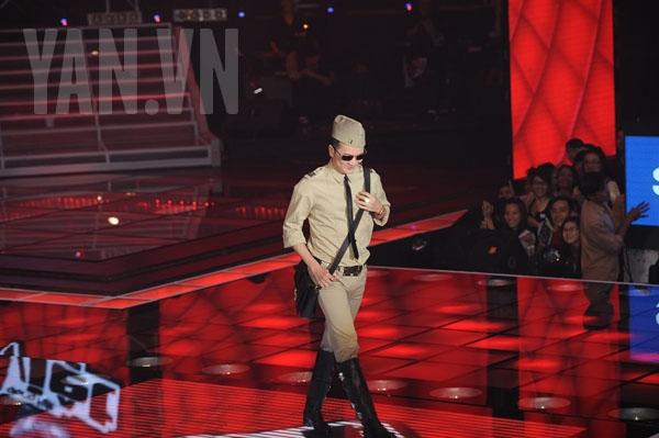 Mr Đàm diện túi đeo chéo nam cực chất lên sân khấu