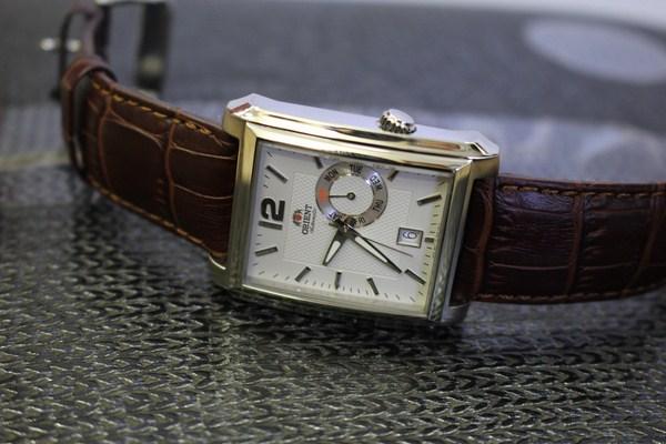 Kiểu dáng sang trọng của đồng hồ nam dây da mặt chữ nhật