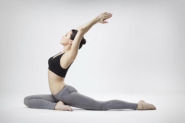 nguoi bi dau lung co tạp yoga duoc khong