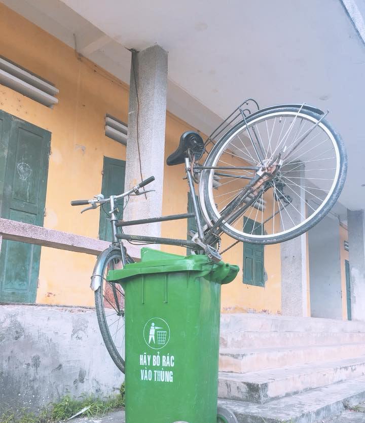 Chiếc xe đạp là tải sản quý trên đường đến trường vậy mà bị các bạn coi như là rác