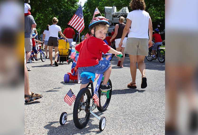 Các bé cùng cha mẹ tự trang trí chiếc xe đạp của mình