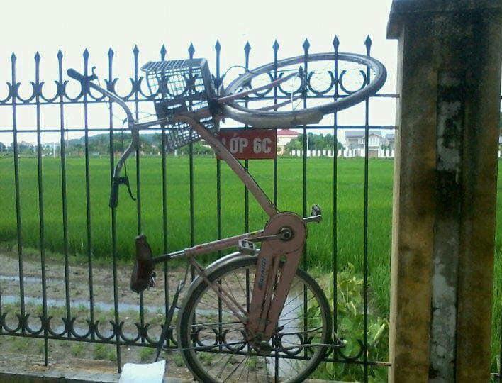 Treo xe đạp lên hàng rào