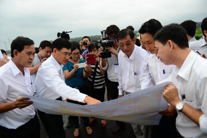 Phó chủ tịch UBND tỉnh Đồng Nai Trần Văn Vĩnh (thứ hai từ trái qua) giới thiệu vị trí dự kiến xây dựng khu tái định cư khi xây dựng sân bay quốc tế Long Thành chiều 16-10 Ảnh: QUANG ĐỊNH
