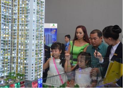 Gia đình Minh Khanh Thúy Hạnh xem nhà mẫu The Gold View