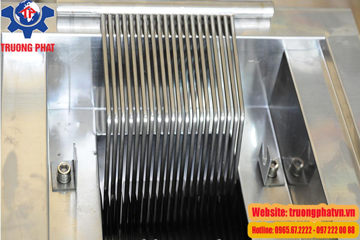Hình ảnh lưỡi dao sắc bén của máy cắt mỡ hạt lựu làm bánh trung thu