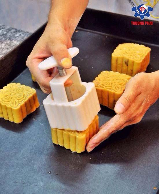 Cách làm bánh trung thu 4 - tạo hình bánh