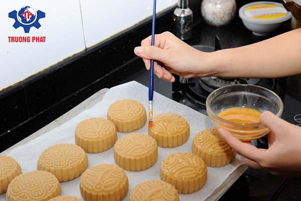 Cách làm bánh trung thu 6 - quết trứng