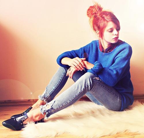Hoặc bạn có thể thử áo sơ mi caro kết hợp với áo len