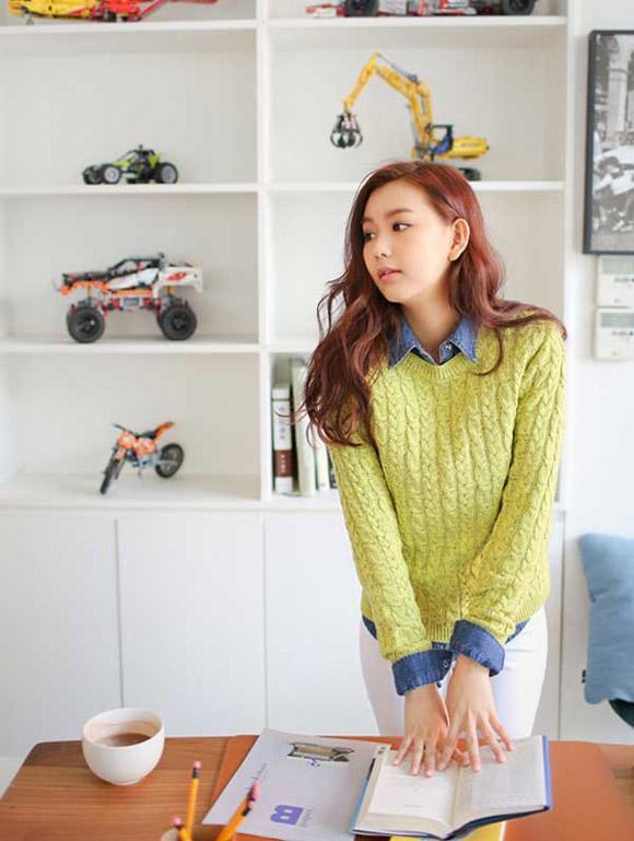 Sơ mi denim với áo len oversize với màu sắc tươi sáng và trẻ trung hơn