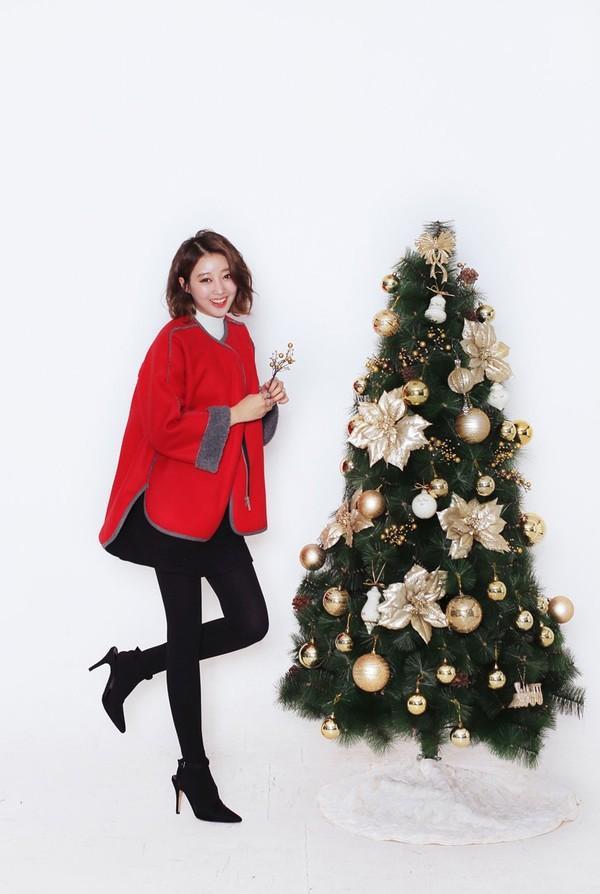 Áo khoác sắc đỏ là item cực kỳ phù hợp cho ngày giáng sinh