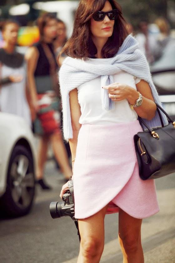 Thời trang với sự kết hợp áo thun trắng cùng chân náy màu sắc