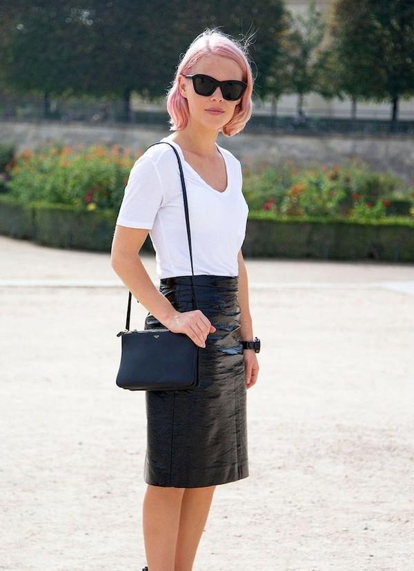 Hay chỉnh chu khi phối áo thun trắng với chân váy đen