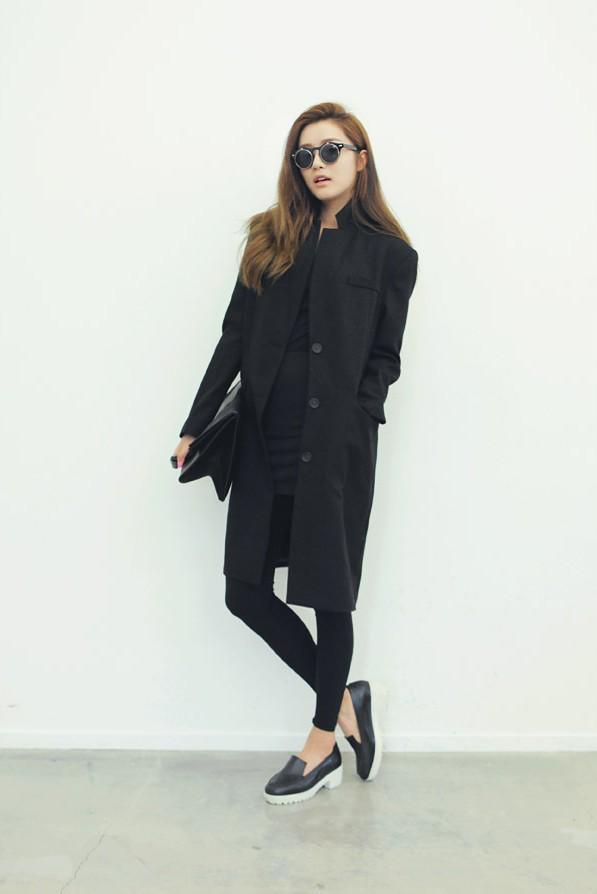 Gợi ý thú vị khác cho bạn là mix legging cùng áo khoác dáng dài