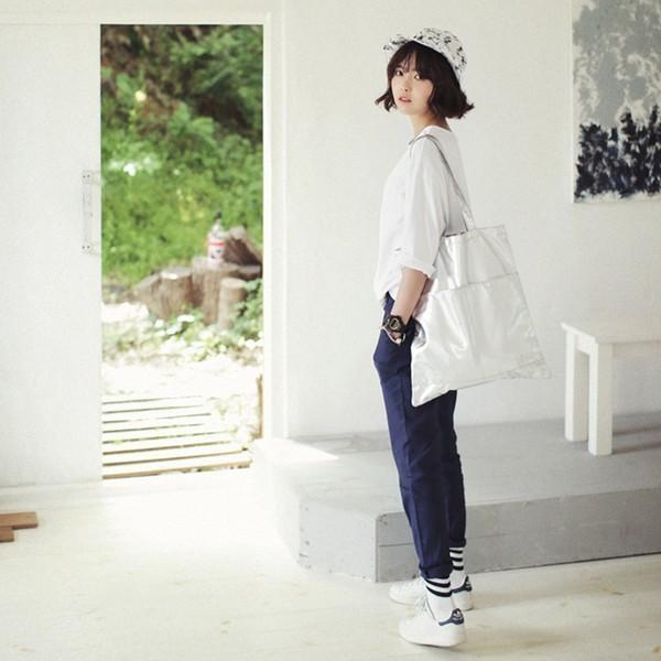 Chỉn chu và xinh đẹp với áo thun trắng dài tay để đến lớp