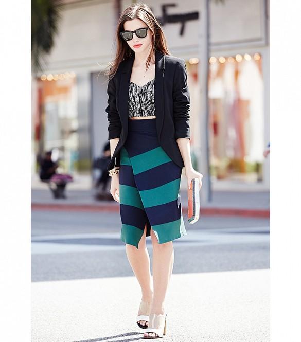 Chân váy cuốn cạp cao, họa tiết sọc ngang giúp bạn trông cao hơn và đầy đặn hơn