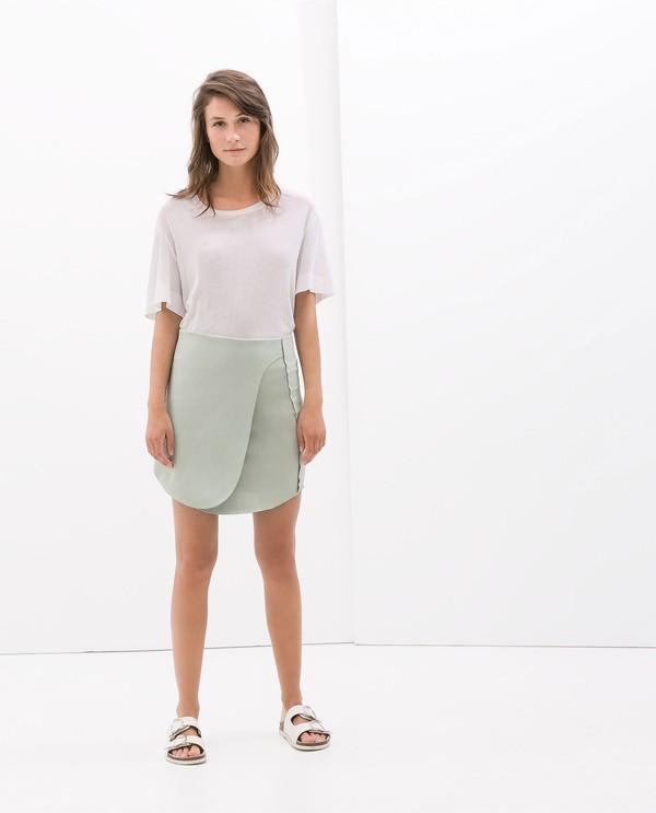 Đơn giản nhưng phong cách cùng chân váy cuốn