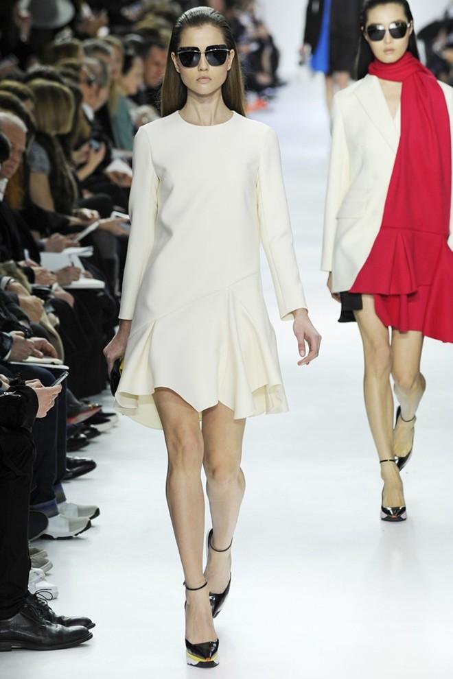 Không chỉ riêng họa tiết các thiết kế của Dior có thu hút ở những đường cắt cúp tinh tế và sắc nét