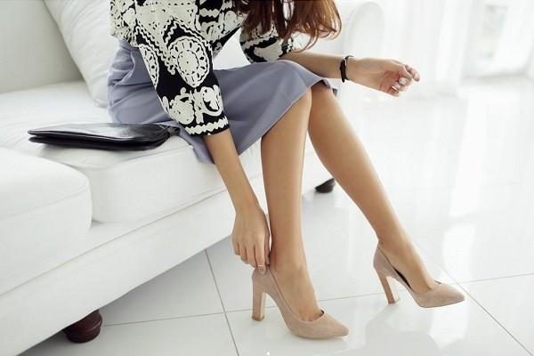 Giày cao gót màu nude sẽ giúp bạn có đôi chân thon dài hơn