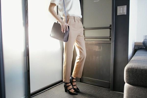 Để tăng chiều dài đôi chân bạn nên chọn những kiểu quần ôm