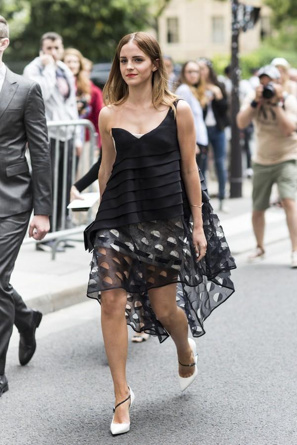 Váy vạt chéo tone trầm cũng mang lại sự quyến rũ
