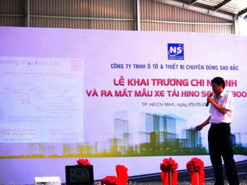 Ông Nguyễn Đăng Phương – Giám đốc nhà máy  HMV trình bày về tính năng xe Hino 300 series mới.