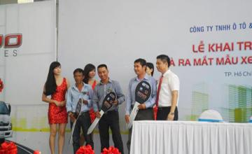 Ông Lê Quốc Huy trao chìa khóa tượng trưng cho khách hàng kí hợp đồng tại buổi lễ