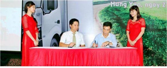 Đại diện công ty Sơn Hùng JSC kí hợp đồng tại buổi lễ