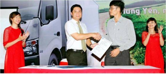 Đại diện công ty vận tải Chính Thành kí hợp đồng tại buổi lễ