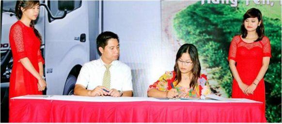 Đại diện công ty Ngọc Linh kí hợp đồng tại buổi lễ