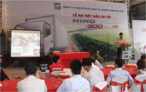 Ông Nguyễn Tuấn Phương- Trưởng phòng dịch vụ của HMV giới thiệu những tính năng của dòng xe Hino 300 series mới