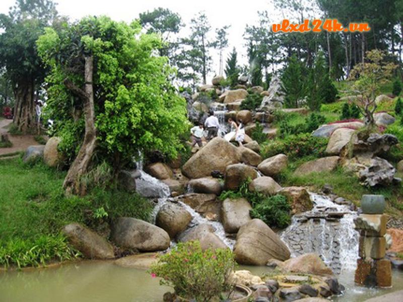 Sử dụng đá cuội vàng trang trí sân vườn