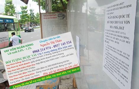 """Những tờ rơi, quảng cáo đầy rẫy gần các khu công nghiệp, nơi công nhân """"quảng cáo"""" lãi suất thấp nhưng thực tế thì khác.bulong"""