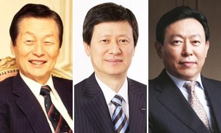 bulong.Gia đình quyền lực của tập đoàn Lotte, từ trái sang phải: Ông Shin Kyuk-ho, Shin Dong-joo và Shin Dong-bin.